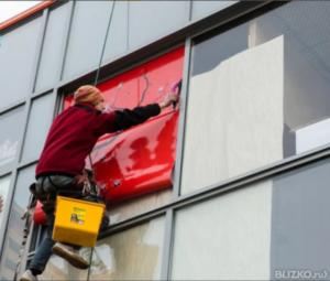 Демонтаж пленки со стекла и витрин по низкой цене в Москве — «Измени Авто»