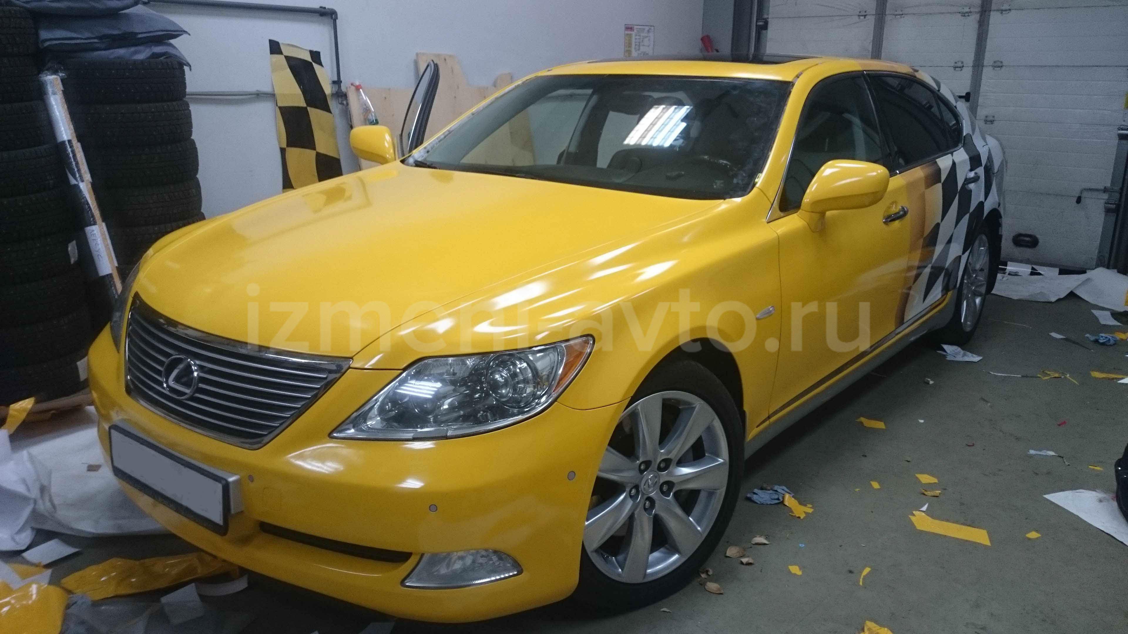 Оклейка желтой пленкой с клетчатым флагом Lexus LS — салон «Измени Авто» в Москве