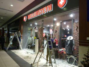 Демонтаж пленки с стекол витрин и магазинов по низкой цене в Москве